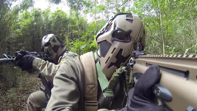 Mặt nạ siêu nhân chống được đạn, có kính hồng ngoại, hiển thị vị trí đồng đội