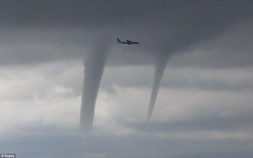 Máy bay chở khách băng qua ba vòi rồng ngoài khơi Nga