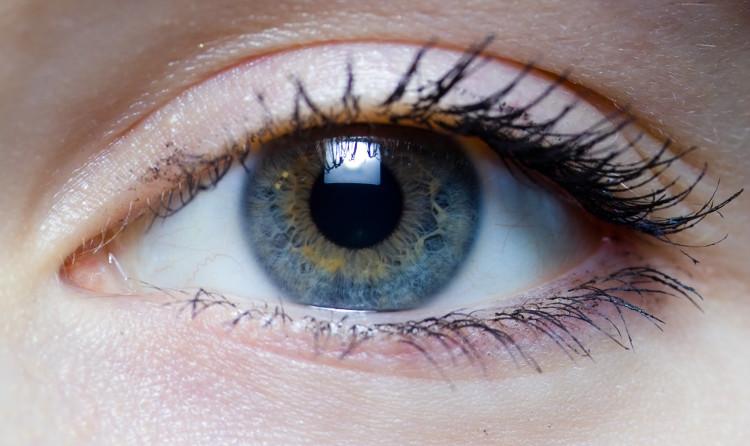 Mống mắt nhân tạo phản ứng với ánh sáng như mắt người