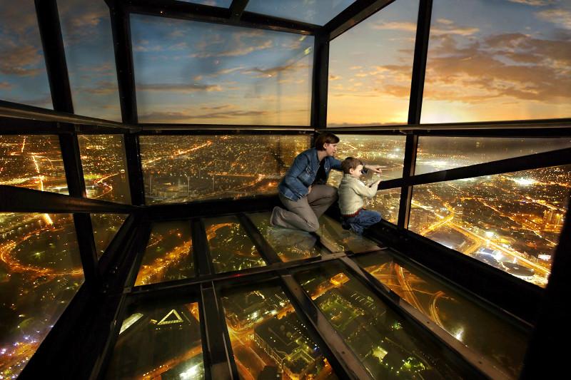 Ngắm cảnh từ những đài quan sát đáy kính cao vút