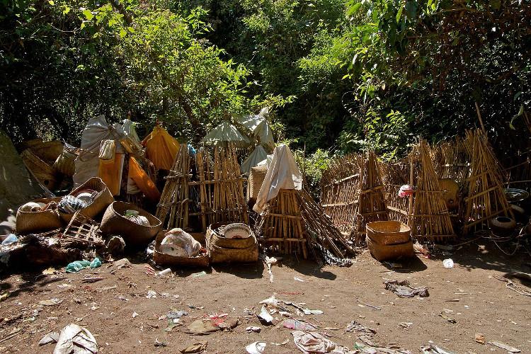 Ngôi làng duy nhất trên thế giới phơi xác người chết trong lồng tre để tự phân hủy