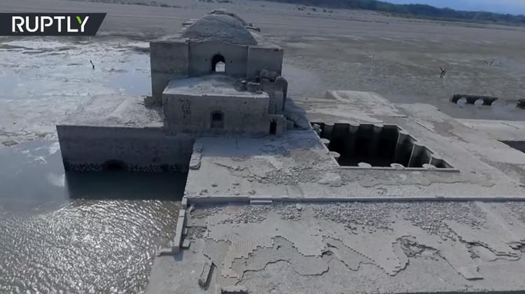 Nhà thờ 400 năm tuổi nổi lên mặt nước sau trận hạn hán