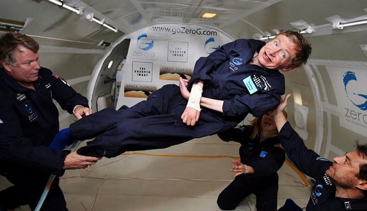 Nhà vật lý học huyền thoại Stephen Hawking sắp bay vào không gian