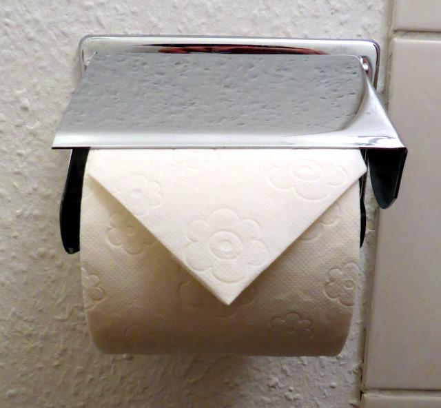 Nhà vệ sinh công cộng Nhật thường có cuộn giấy gấp lại như thế này, lí do là...