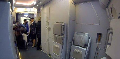 Nhà vệ sinh trên máy bay hoạt động như thế nào?