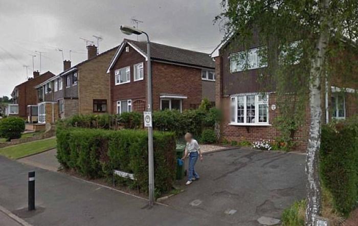 Nhờ Google Earth, cô gái nhìn thấy người mẹ đã mất của mình đang tưới cây