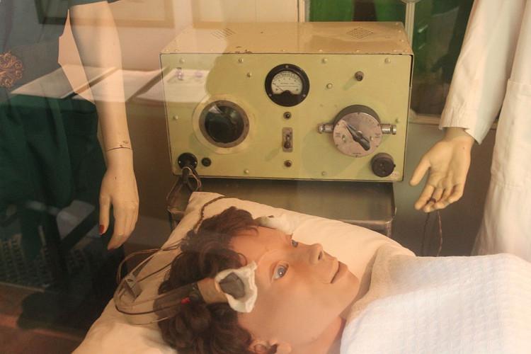 """Những biện pháp điều trị y khoa """"kinh hoàng"""" trong lịch sử"""
