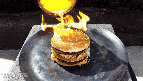 Phản ứng không ai ngờ tới khi đổ đồng nung chảy vào bánh Hamburger
