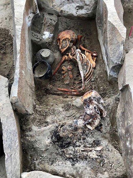 Phát hiện xác ướp người đẹp ngủ trong hồ 2.000 tuổi mặc váy lụa