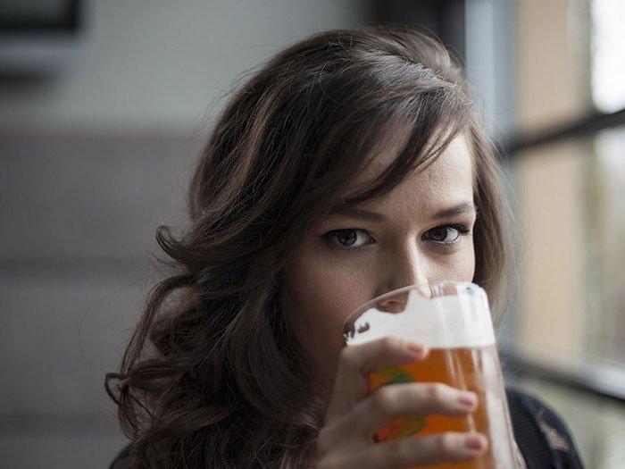 Phụ nữ sắp qua mặt đàn ông khoản rượu bia, điều gì xảy ra?
