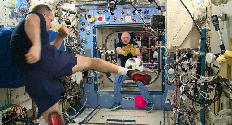 Quả bóng World Cup 2018 được đưa từ vũ trụ đến Trái đất