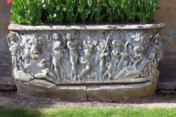 Quan tài La Mã 1.800 năm biến thành chậu hoa trong cung điện Anh