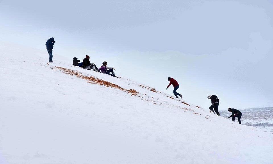 Sa mạc Sahara chìm dưới lớp tuyết dày một mét