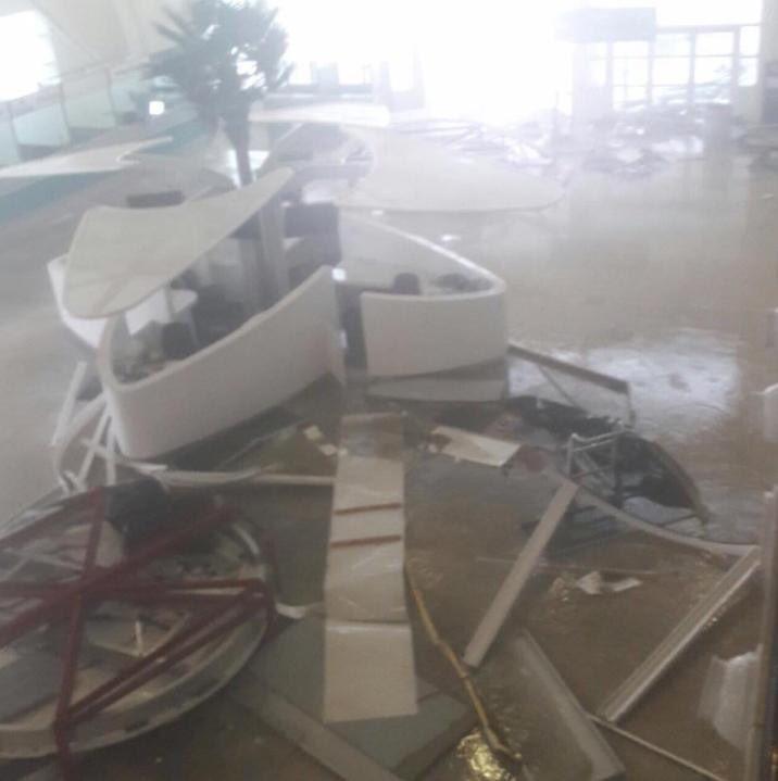 Sân bay nguy hiểm nhất thế giới tan hoang vì siêu bão Irma