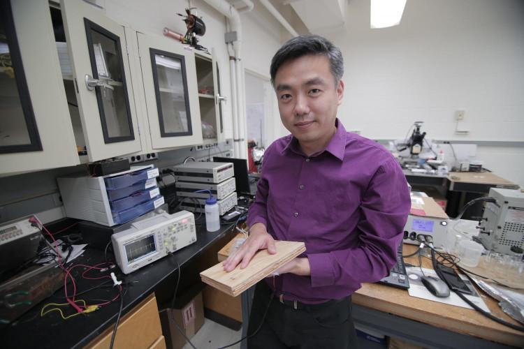 Sàn nhà làm từ bột gỗ nano có khả năng cung cấp điện