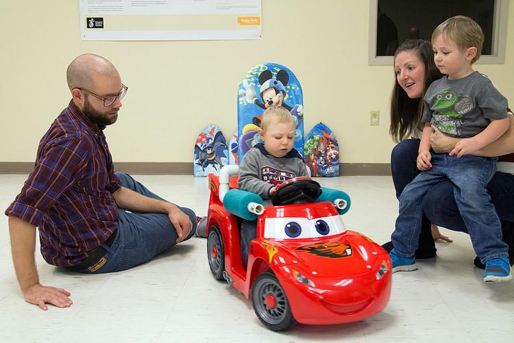 Sáng chế ôtô đồ chơi hỗ trợ vận động ở trẻ khuyết tật