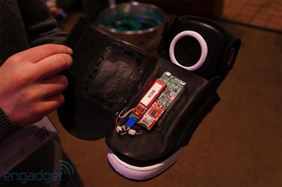 Sau kính, Google giới thiệu... giày thông minh