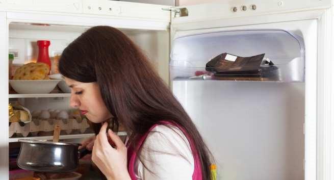 Sẽ rất nguy hiểm nếu bạn cố tình ăn những loại thực phẩm có dấu hiệu này sau Tết