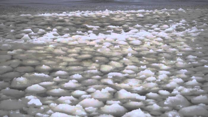 Sóng cầu tuyết kỳ lạ trên mặt hồ Mỹ