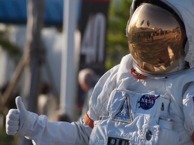Sống ngoài vũ trụ 1 năm sẽ khiến bạn trẻ hơn so với ở trên Trái Đất bao lâu?