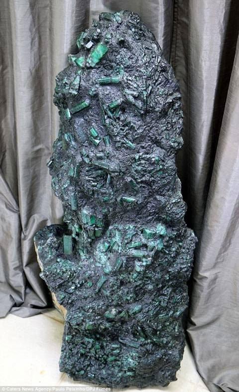 Sống trong sợ hãi vì tìm thấy khối đá quý gần 7.000 tỷ