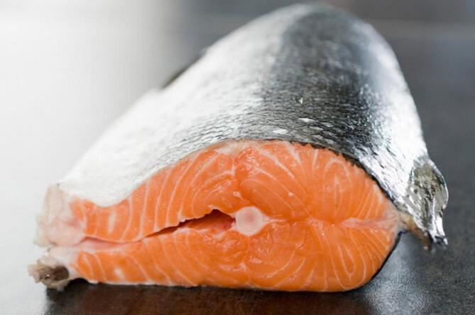 """Tại sao cá thối lại """"nặng mùi"""" hơn thịt?"""
