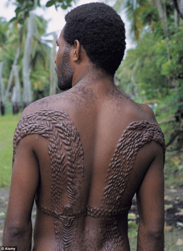 Tập tục kỳ dị của bộ tộc biến cơ thể thành... cá sấu
