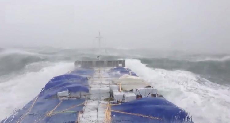 Tàu hàng sống sót trước bão tố trên biển như thế nào?