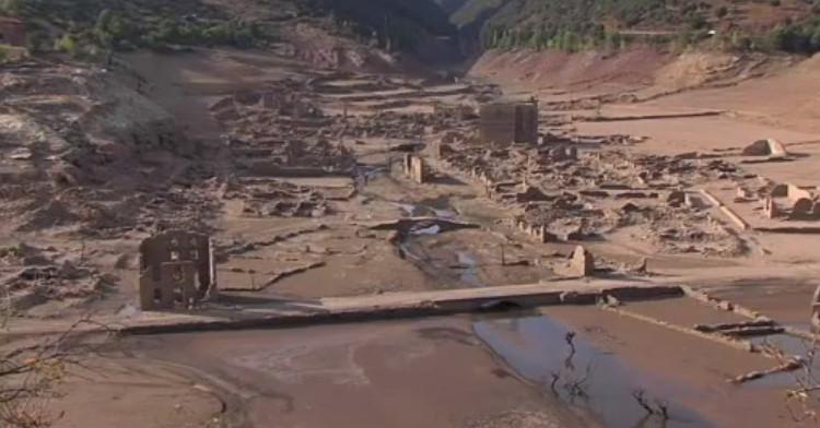 Thị trấn Tây Ban Nha nhô lên giữa hồ nước sau đợt hạn hán