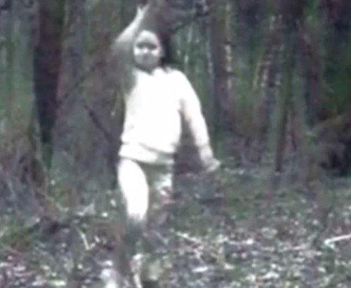 Thợ săn tung ảnh hồn ma bé gái không chân dạo chơi giữa rừng
