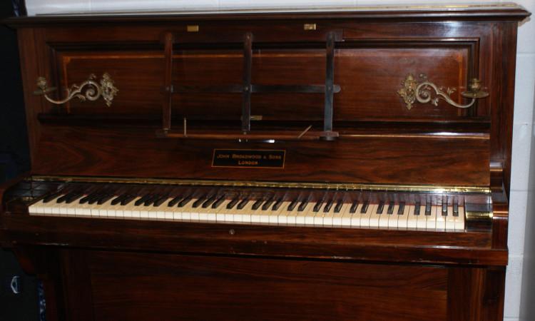 Thợ sửa đàn bất ngờ phát hiện kho báu vàng trong chiếc piano cổ