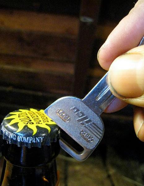Thủ thuật đơn giản để biến chìa khóa của bạn thành cái mở bia