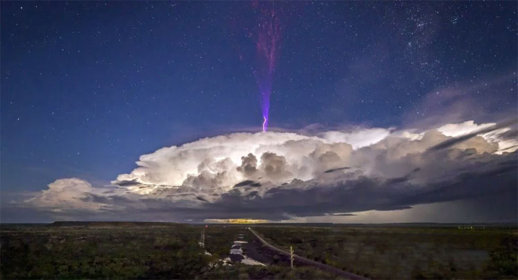 Tia sét màu tím kỳ lạ trên đám mây ở Australia