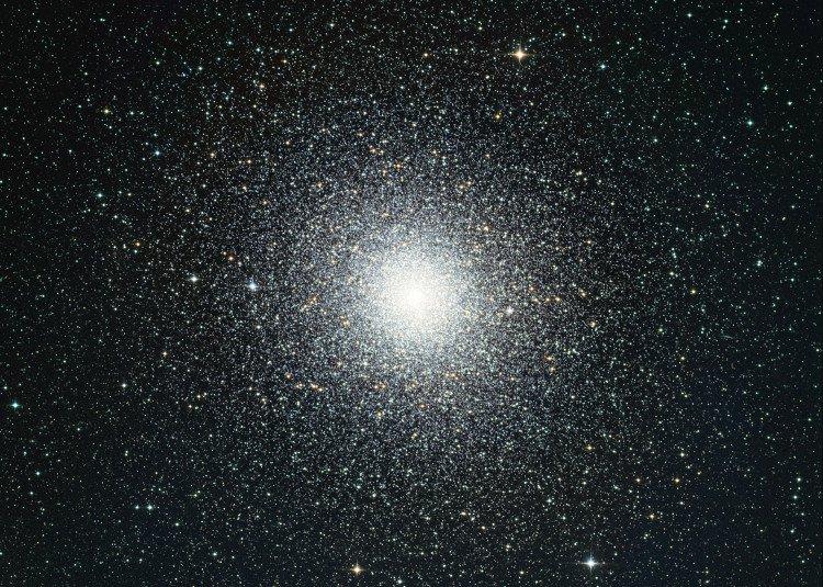 Tìm thấy một loại hố đen mới, ẩn mình trong cụm sao dày đặc