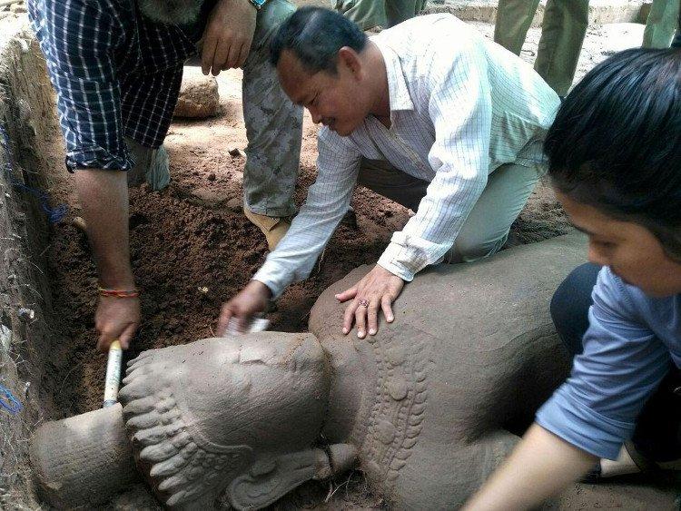 Tìm thấy một pho tượng cổ hàng trăm năm tuổi tại Angkor