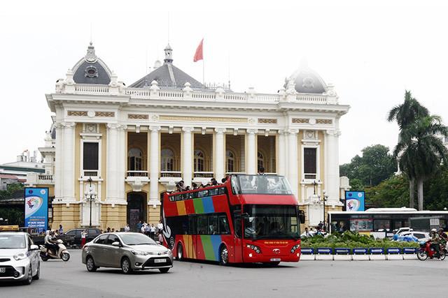 Trải nghiệm chuyến xe buýt mui trần hai tầng đầu tiên tại Hà Nội