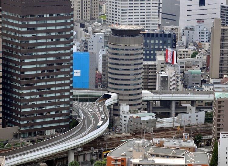 """""""Tròn mắt"""" với """"cầu xuyên nhà"""" ở Nhật Bản"""