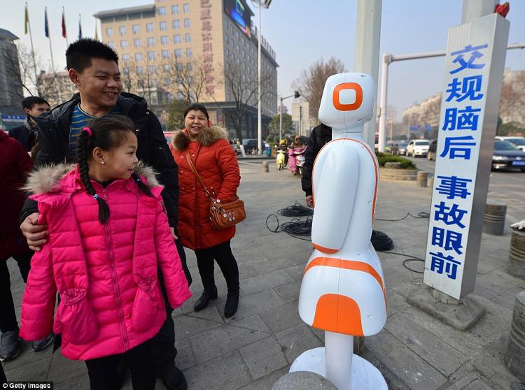 Trung Quốc bắt đầu dùng robot để ngăn người đi bộ qua đường sai vị trí