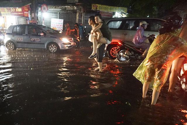 Trung tâm phố cổ Hà Nội tiếp tục ngập sâu trong biển nước
