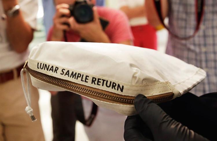 Túi chứa bụi Mặt Trăng được bán với giá 1,8 triệu USD