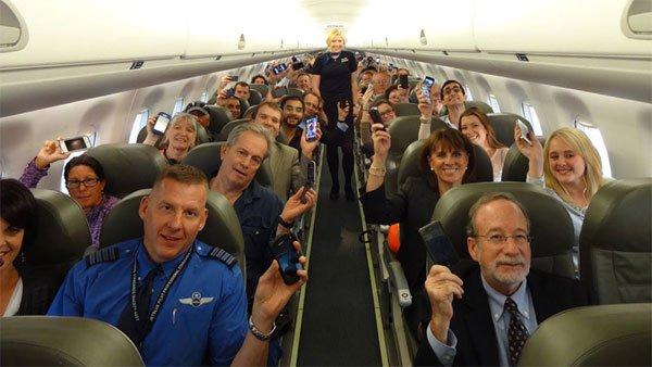 Vì sao cần tắt điện thoại, kéo cửa sổ khi máy bay cất/hạ cánh?