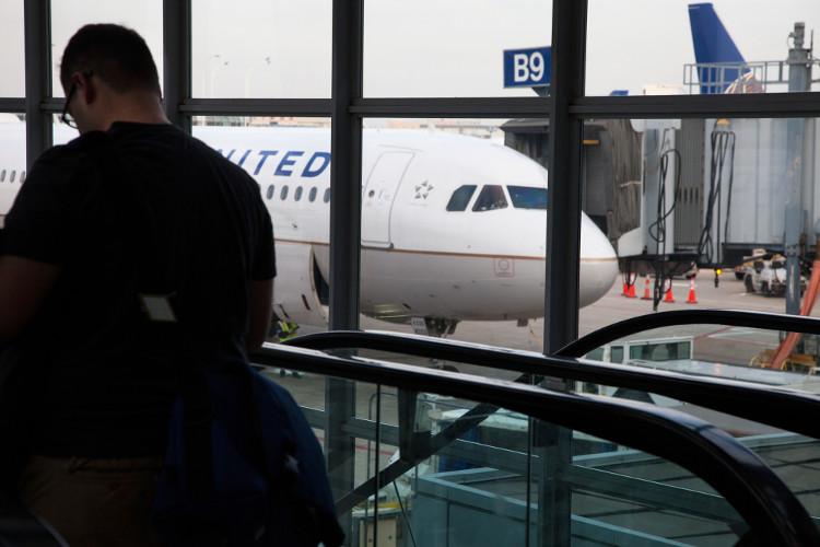 Vì sao hãng hàng không Mỹ có thể cho đặt quá vé và loại hành khách?