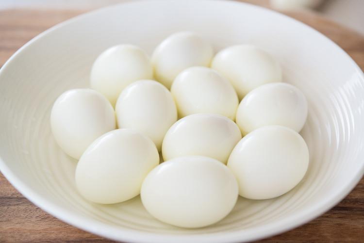 Vì sao luộc trứng bằng lò vi sóng có thể phát nổ?