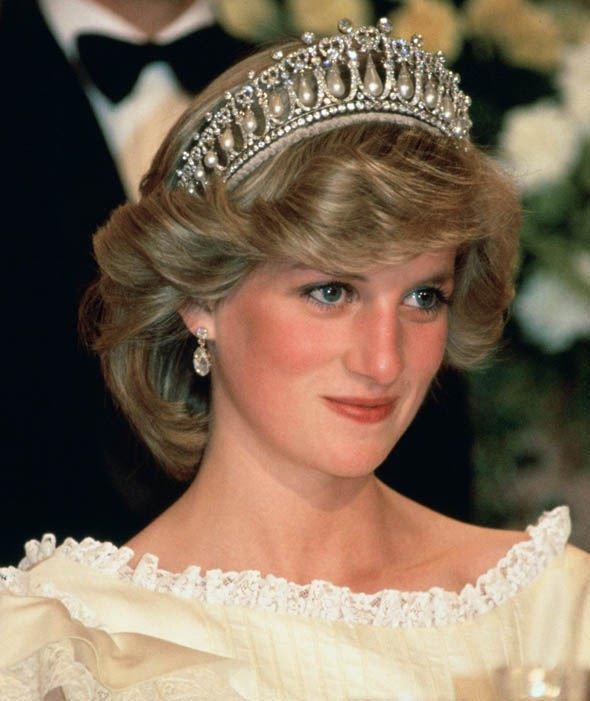 Vì sao phụ nữ Hoàng gia Anh luôn phải đội mũ?