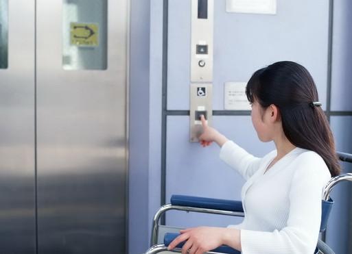 Vì sao trong thang máy thường lắp gương bốn phía?