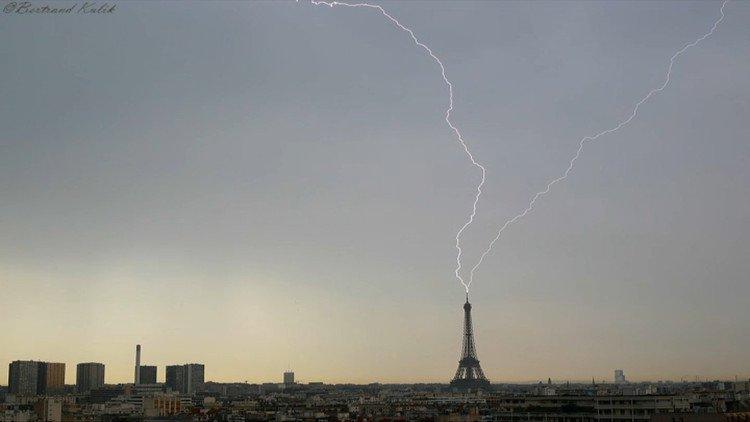 Video cảnh tượng hiếm thấy sét đánh trúng tháp Eiffel