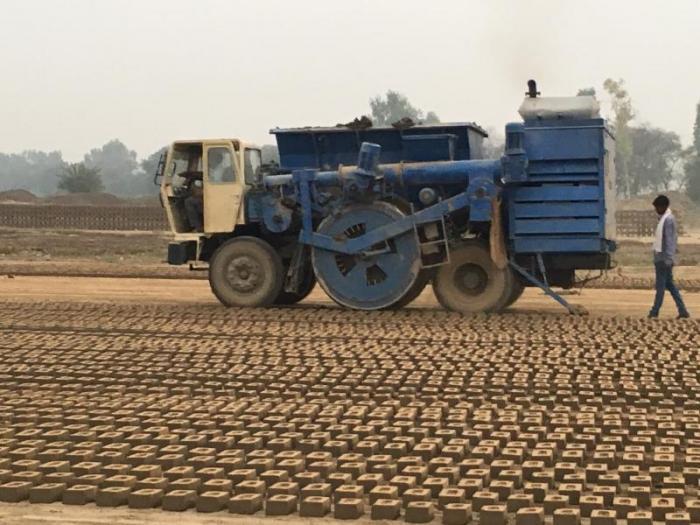 Video: Cỗ máy quái vật sản xuất 300 viên gạch mỗi phút