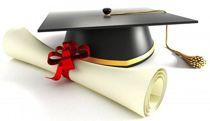 Video: Tung mũ cử nhân trong lễ tốt nghiệp có thể gây thương tích