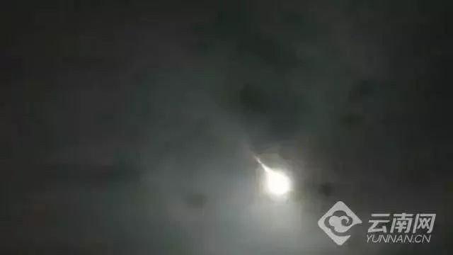 Video: Vật thể lạ xé ngang bầu trời Trung Quốc khiến dân tình hoảng hốt