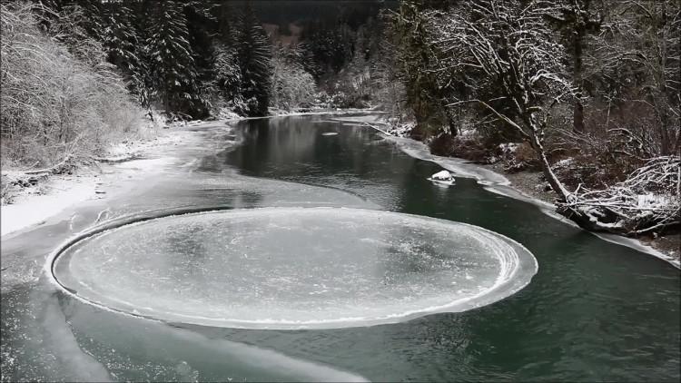 Vòng băng kỳ lạ xoay tròn giữa lòng sông Mỹ